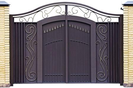 portones: Modernos puertas decorativas falsificados.  Aislados sobre fondo blanco.