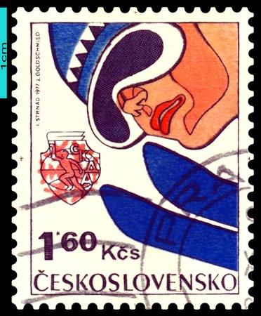 springplank: Tsjecho-Slowakije - CIRCA 1977: een stempel gedrukt door Tsjecho-Slowakije, toont springt van een springplank. 6e Winter Spartakiad van de socialistische landen 'legers in 1977. serie, circa 1977 Stockfoto
