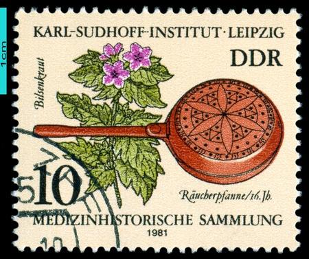 medische instrumenten: GDR - CIRCA 1981 Een stempel gedrukt in de DDR toont Henbana, wierookvat, 16de eeuw Historische medische instrumenten, Karl Sudhoff Institute, Leipzig, serie, circa 1981