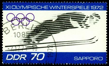 springplank: GDR - CIRCA 1972: een stempel gedrukt door DDR toont springt van een springplank, circa 1972 in Sapporo, Japan