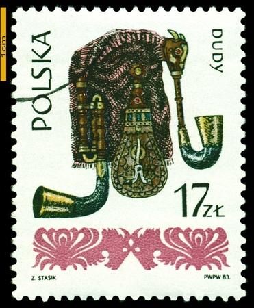 gaita: Polonia - alrededor de 1984: Un sello impreso por Polonia muestra gaitas, instrumentos populares series, alrededor del a�o 1984