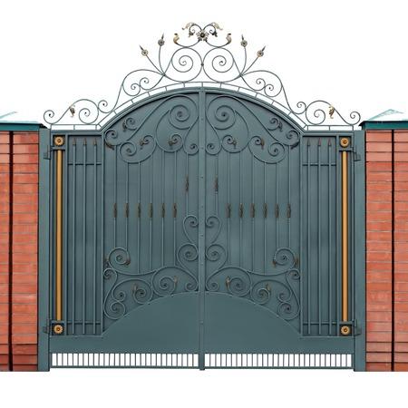 puertas de hierro: Puertas modernos forjado con adornos superpuestos. Aislado sobre fondo blanco.