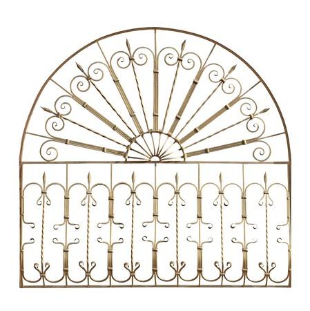 Rejilla forjado decorativo en la antigua estilete. Aislado sobre fondo blanco. Foto de archivo