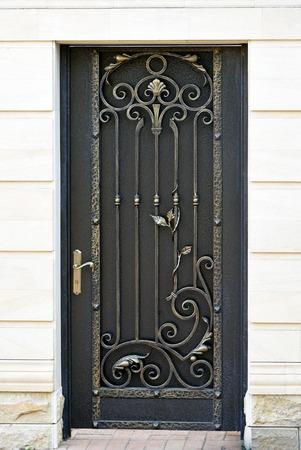 puertas de hierro: Decorativo, elegancia, puerta forjado en la vieja aguja.