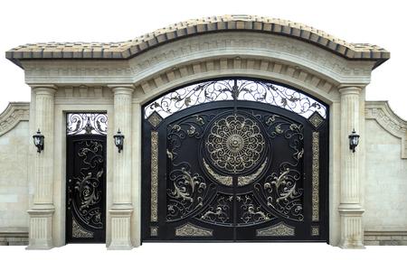 Grandes portones y puertas de hierro forjado. Aislado sobre fondo blanco. Foto de archivo