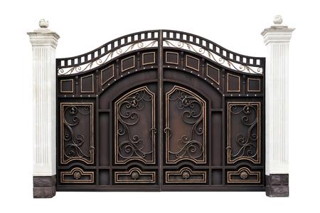 Puertas de hierro forjado modernas en el estilo antiguo. Aislado sobre fondo blanco.