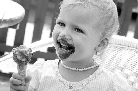 little girl with icecream - black and white 版權商用圖片