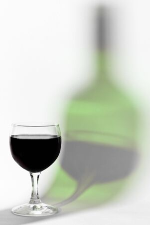 Verre g�missement Rouge sur la bouteille g�missement r�flexe isol�