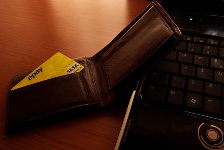 Portefeuille avec carte de cr�dibilit� � proximit� de clavier d'ordinateur portable �quip� pour les achats en ligne