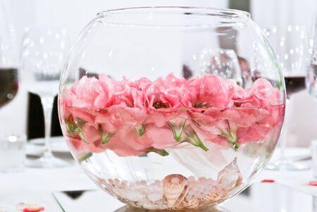 Une table avec des fleurs fra�ches dans l'eau et pr�t pour la c�r�monie sp�ciale qui va avoir lieu Banque d'images