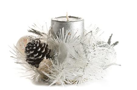 Festive Ornement de bougie de No�l dans les tons d'argent et blanc avec pomme de pin, des bougies, des boules et des guirlandes.