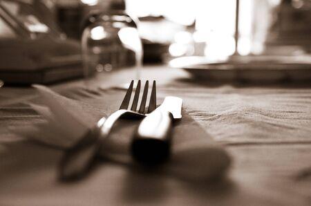 Couteau R�sum� Contexte Et arrangement de table dans les fourches monotones s�pia avec shallow dof