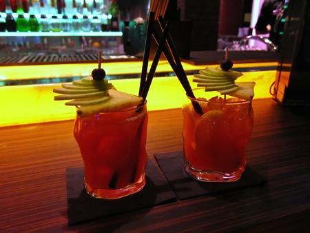 deux cocktails sur une barre Banque d'images