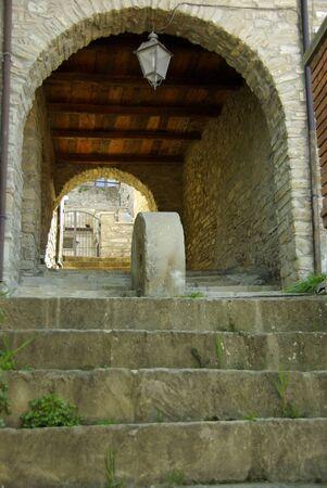undercover: Gradini di pietra che portano a un vuoto passaggio pedonale coperto ad arco, dettagli architettonici Archivio Fotografico