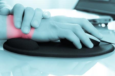 douleur main: ce qui arrive quand vous travaillez longtemps devant l'ordinateur wothout le droit tapis de souris