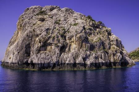Vue en gros plan d'une �le rocheuse de mar�e tropical avec �rosion de l'assiette des vagues dans une mer bleue calme