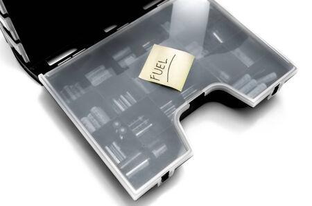 Carburant Imprimer sur Sticky Note jaune au-dessus R�cipient en plastique de la batterie