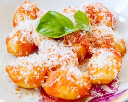 Italiennes p�tes de semoule et de pommes de terre boulettes croustillantes or ou gnocci, garni de fromage parmesan r�p� et le basilic frais Banque d'images