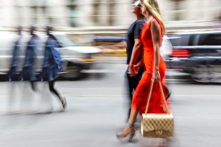 モーション ブラーの都市でのショッピングの人々 写真素材