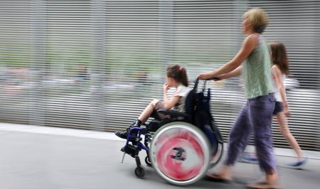 abstract beeld van kind met een handicap in een rolstoel, begeleid en moderne stijl met een wazige achtergrond