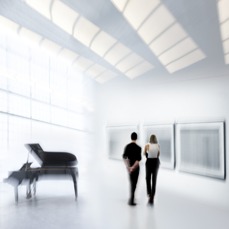 흐린 된 배경 가진 현대 미술 센터의 로비에서 사람들의 추상적 인 이미지