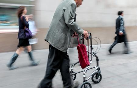 街の通りで無効になってぼやけて運動