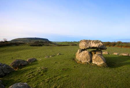 prehistoria: Megal�tica tumba y el c�rculo de piedra en la luz del atardecer de invierno Foto de archivo