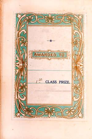 stile liberty: Inserto stampato dedicando un libro come primo premio con un bordo stile liberty su uno sfondo verde pallido. Circa 100 anni. Foto in situ in ton nella prima pagina del libro.