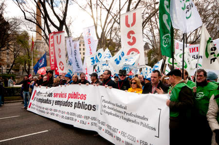 servicios publicos: MADRID ESPA�A - 10 de marzo: La demostraci�n tendr� lugar en el centro de Madrid en contra de los recortes en la educaci�n, las prestaciones sociales, los salarios y la salud que se han impuesto como soluciones a la crisis econ�mica. El letrero dice en defensa de los servicios p�blicos y XX