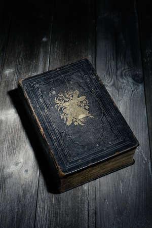 biblia en la noche, acostado en una mesa de madera