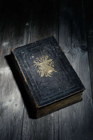 biblia en la noche, acostado en una mesa de madera Foto de archivo