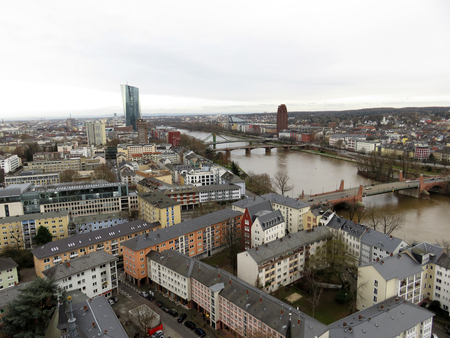 a wide angle view of the river in frankfurt on the main river and the building around photographed during a sightseeing tour of the steeple in frankfurt on the main with wide angle lens 新聞圖片