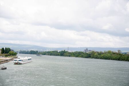 Distant view on the riverbanks of the rhine river and cloudy sky in mainz germany photographed on a cloudy day Stockfoto