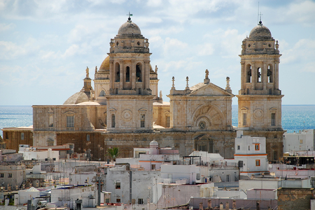 Kathedraal van Cadiz (Spaans: Catedral de Cadiz, Catedral de Santa Cruz de Cadiz) is een rooms-katholieke kerk in Cadiz, Zuid-Spanje, en de zetel van het bisdom Cadiz y Ceuta Stockfoto