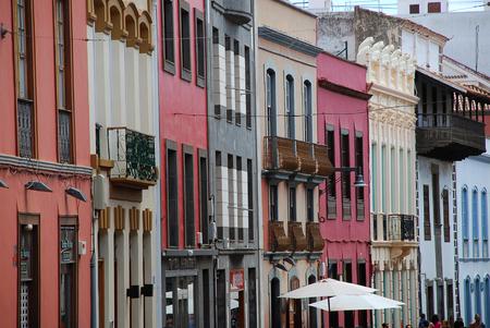 Huisvoorgevel in San Cristobal de la Laguna, Tenerife, Canarische Eilanden, Spanje. San Cristobal de la Laguna is een stad en gemeente in het noordelijke deel van het eiland Tenerife in de provincie Santa Cruz de Tenerife, op de Canarische eilanden