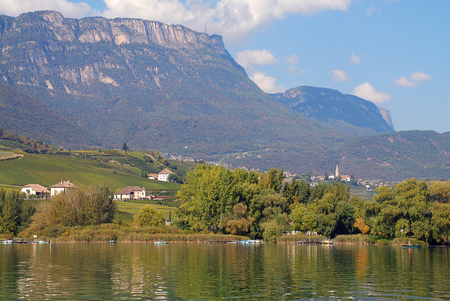 Lake Kaltern (Italian: Lago di Caldaro; German: Kalterer See) is a lake in the municipality of Kaltern in South Tyrol, Italy Foto de archivo