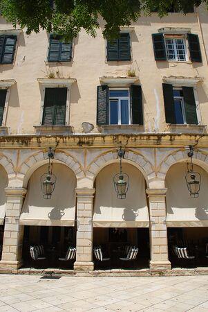 The Liston en Corfú con terrazas porticadas y cafés de moda, cerca de la plaza Spianada, Corfu-City (Grecia) Foto de archivo