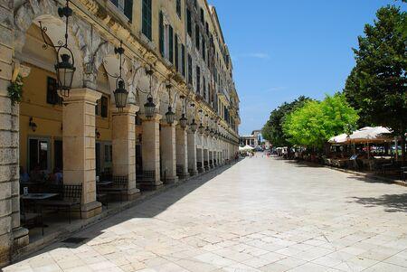 The Liston en Corfú con terrazas porticadas y cafés de moda, cerca de la plaza Spianada, Corfu-City (Grecia)