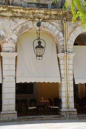Detalle arquitectónico del Liston en Corfú con terrazas porticadas y cafés de moda, cerca de la plaza Spianada, Corfu-City (Grecia)