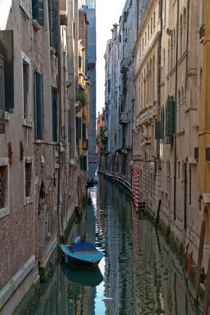 Venice, Italy: Narrow canal with a little boat in Venice 版權商用圖片