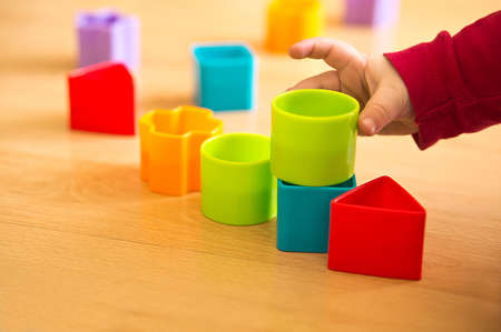 juguetes de madera: juego de ni�os con los bloques del juguete