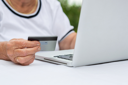 Closeup of senior woman hand with credit card.  Banque d'images