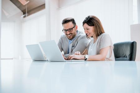 Młodzi profesjonaliści przed komputerem Zdjęcie Seryjne
