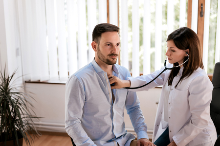 男性患者は、医者のオフィスを訪問します。