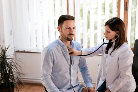 Paziente maschio visita medico ufficio.