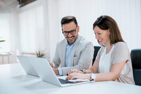 Mensen uit het bedrijfsleven in moderne kantoor.