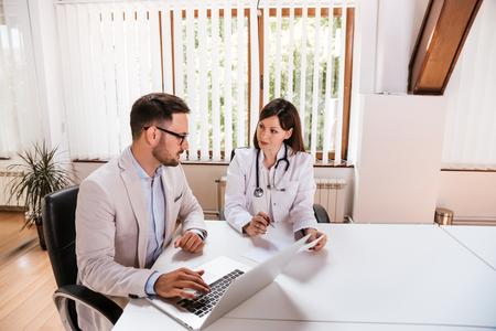 女医は、マネージャーとの議論。 写真素材 - 84073885