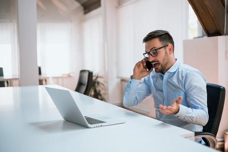 화가 사업가 사무실에서 전화로 이야기