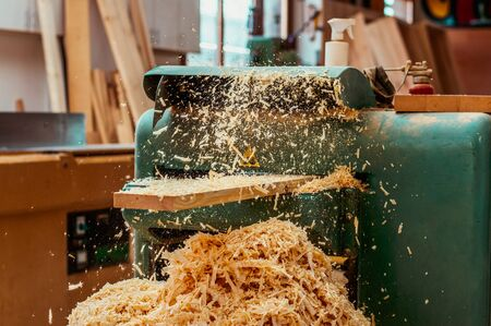 planos electricos: Carpenter smoothing plank, wood chips.