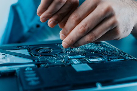Close-up of male hands repairing laptop. Hardware. Banque d'images